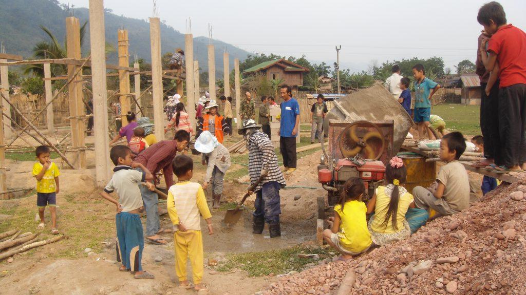 So bauen die Dorfbewohner Ihre Schule, soweit es Ihnen möglich ist, selbst.