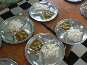 Es gibt nur Reis mit ein wenig Gemüse
